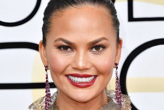 How To Copy Chrissy Teigen's Gorgeous Golden Globes Look